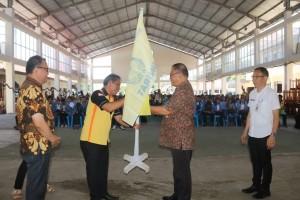 SEkretaris Kota saat menyerahkan kembali bendera tanda pengabdian mahasiwa KKT berakhir