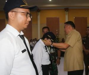 Wali Kota menyematkan tanda peserta Latsar CPNS Golongan III Pemkot Tomohon