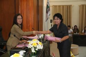 Ketua DPRD Tomohon menerima hasil masa reses dari anggota