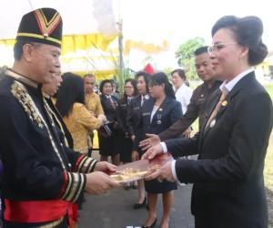 Wali Kota menyerahkan Satyalencana Karya Satya kepada salah satu ASN