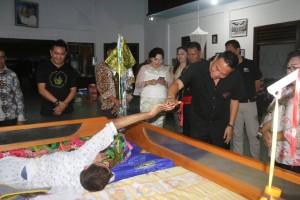 Wali Kota Tomohon bersalaman dengan salam satu penghuni Panti Sayap Kasih