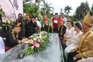 Wali Kota Jimmy F Eman SE Ak CA saat melakukan pencatatan perkawinan
