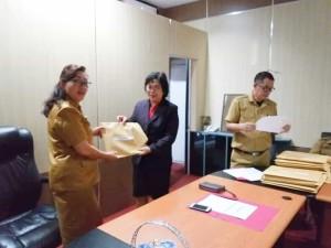 Kadis Dikbud Dr Juliana Dolvin Karwur MSi MKes menerima hasil UNBK