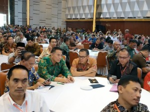 Wali Kota Tomohon Jimmy F Eman SE Ak CA  didampingi Kaban Kesbangpol Ronni Lumowa SSos MSi di Rakornas