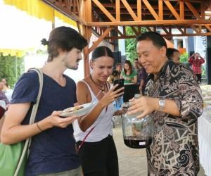 Wali Kota Tomohon Jimmy F Eman SE Ak CA dengan Wisatawan Mancanegara (Wisman) di TIFF lalu