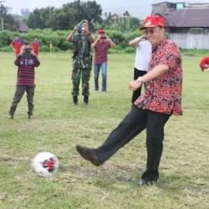 Buka Sepak Bola Bupati Cup di Langowan. ROR Harap Lahir Pemain Sepak Bola Handal