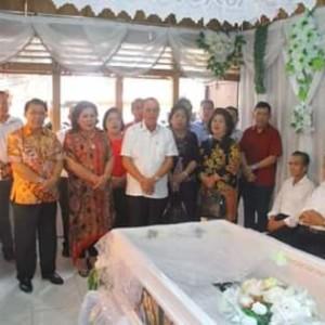 Bupati ROR Hadiri Ibadah Pemakaman Istri Hukum Tua Amongena III.