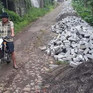 Material yang siap dikerjakan di Lokasi pembangunan paving block