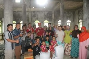 Kunjungi Desa Bukit Tinggi, Bupati Bagikan Sembako.