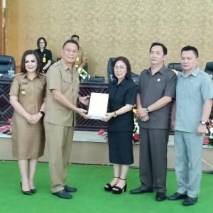 Ketua DPRD Tomohon menerima Ranperda Laporan pertanggungjawaban APBD Tahun 2018 dari Wali Kota
