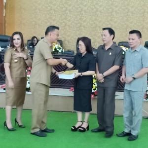 Wali Kota menyerahkan Ranperda Laporan Pertanggungjawaban APBD 2018 kepada Ketua DPRD