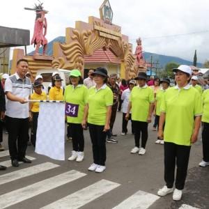 Wali Kota Tomohon melepas peserta gerak jalan Lansia