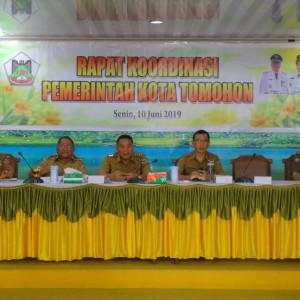 Wali Kota Tomohon Jimmy F Eman SE Ak CA memberikan pengarahan di Rapat Koordinasi