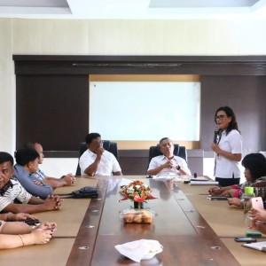 Kepala Dinas pariwisata Kota Tomohon Masna Pioh SSos menjelaskan Kepariwisataan Tomohon kepada DPRD Sitaro