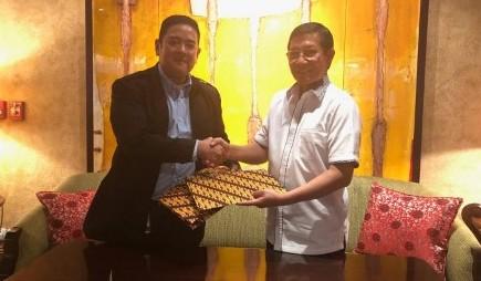 Wali Kota Vicky Lumentut saat menandatangani MoU beasiswa dengan Head of Corporate Affairs and Partner Relations Sampoerna Foundation Indra Pratama Kusumah
