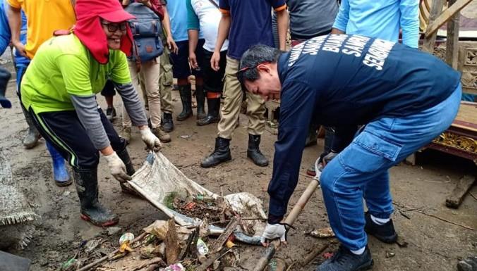 Wali Kota Vicky Lumentut saat turun langsung membersihkan sisa-sisa sampah banjir pada bulan Februari lalu