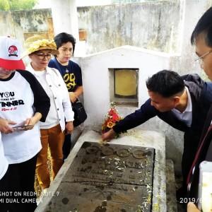 Wali Kota Tomohon memabur bunga di makam Nicolaas Philip Wilken