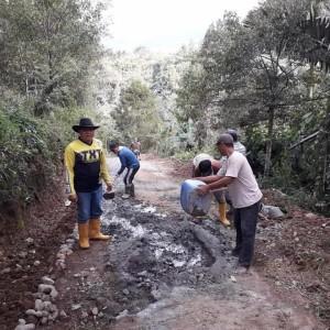 Pembuatan Rabat Beton Jalan kebun di Desa Sion Kecamatan Tompasobaru