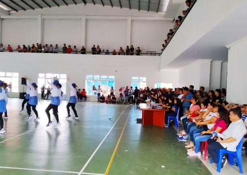 Para penonton lomba poco-poco dan GWR memadati gedung Youth Center dari lantai satu hingga dua