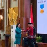 Olly dan Ibu Rita Dapat Penghargaan Manggala Karya Kencana
