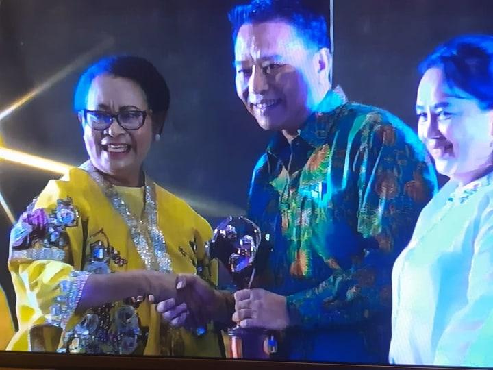 Wali Kota Tomohon menerima penghargaan KLA
