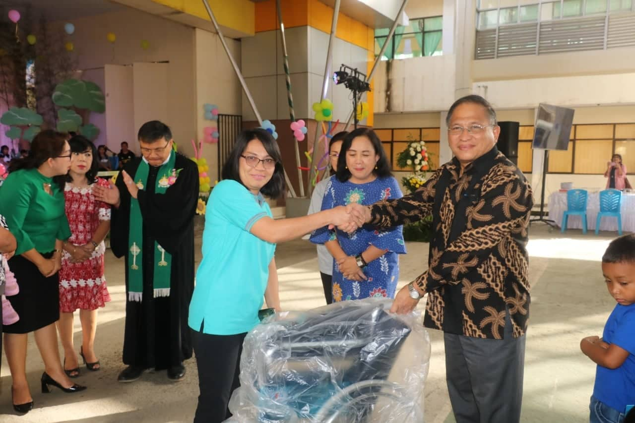 Sekretaris Kota Tomohon Ir Harold V Lolowang MSc MTh menyerahkan alat kesehatan