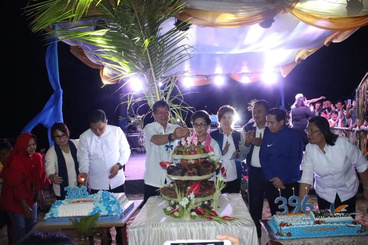 Pemasang lilin kue ulang tahun Kota Manado ke-396