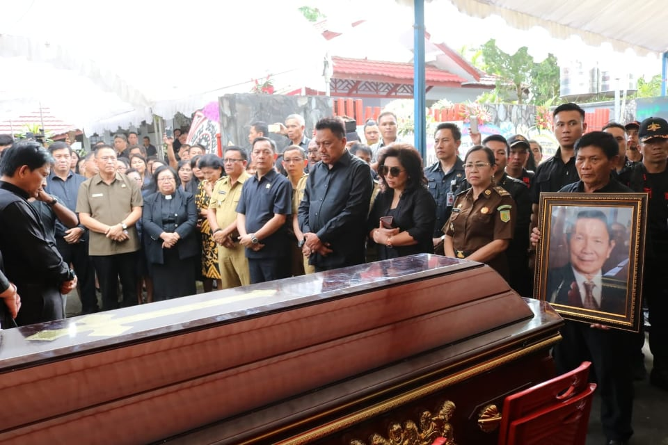 Wali Kota bvTomohon Jimmy F Eman SE Ak CA saat menerima Jenazah John Tamuntuan, Mertua Gubernur Olly Dondokambey SE
