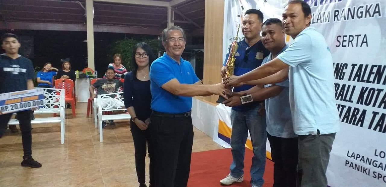 Penyerahan hadiah kepada Tim PU yang menjadi juara umum