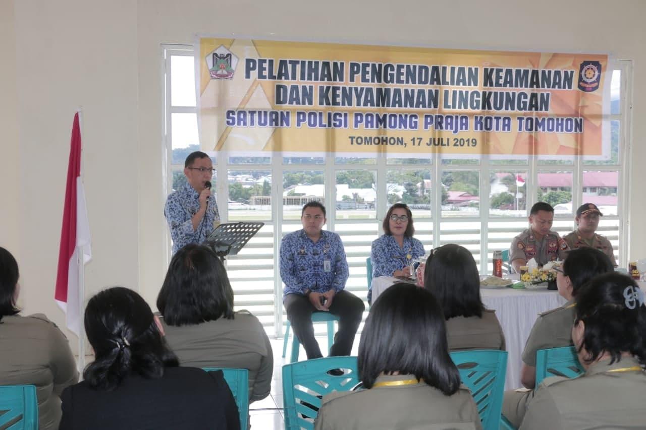 Asisten Kesejahteraan Rakyat Drs Octavianus DS Mandagi membuka kegiatan pelatihan