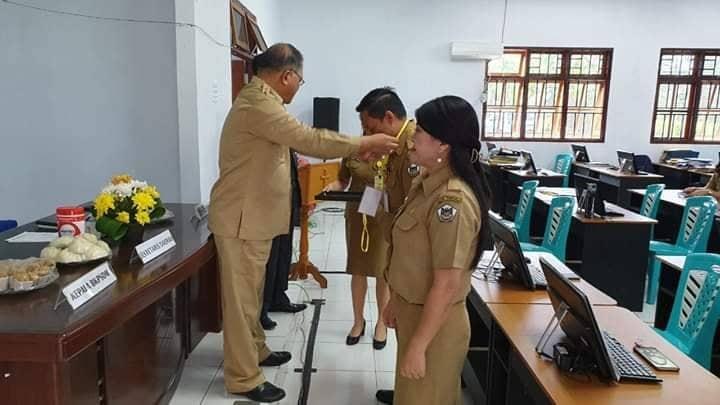 Sekretaris Kota menyematkan tanda peserta Seleksi ASN Teladan