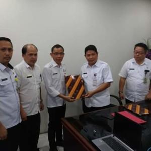 Asisten Kesra Tomohon saat menerima Dokumen Batas Wilayah Tomohon-Minahasa