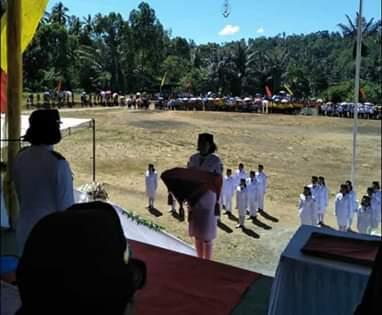 Suasana upacara peringatan HUT RI ke 74 di Kecamatan Motoling Timur dengan Irup Camat Eva Kaligis.