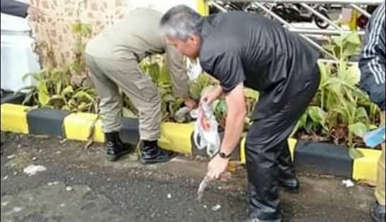 Wakil Bupati FDW saat melakukan aksi pungut sampah di kantor Bupati Minsel, disela-sela pawai pembangunan dalam rangka HUT RI ke-74 (Ist)