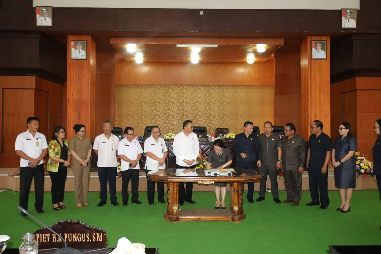 Ketua DPRD Tomohon Ir MIky JL Wenur MAP menandatangani Nota Kesepatan KUA PPAS APBD 2020