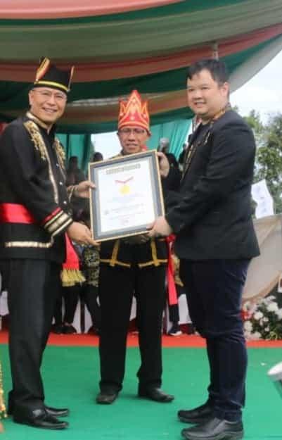 Wali Kota Tomohon menerima Piagam Penghargaan Rekor MURI Tarian Ma'zani