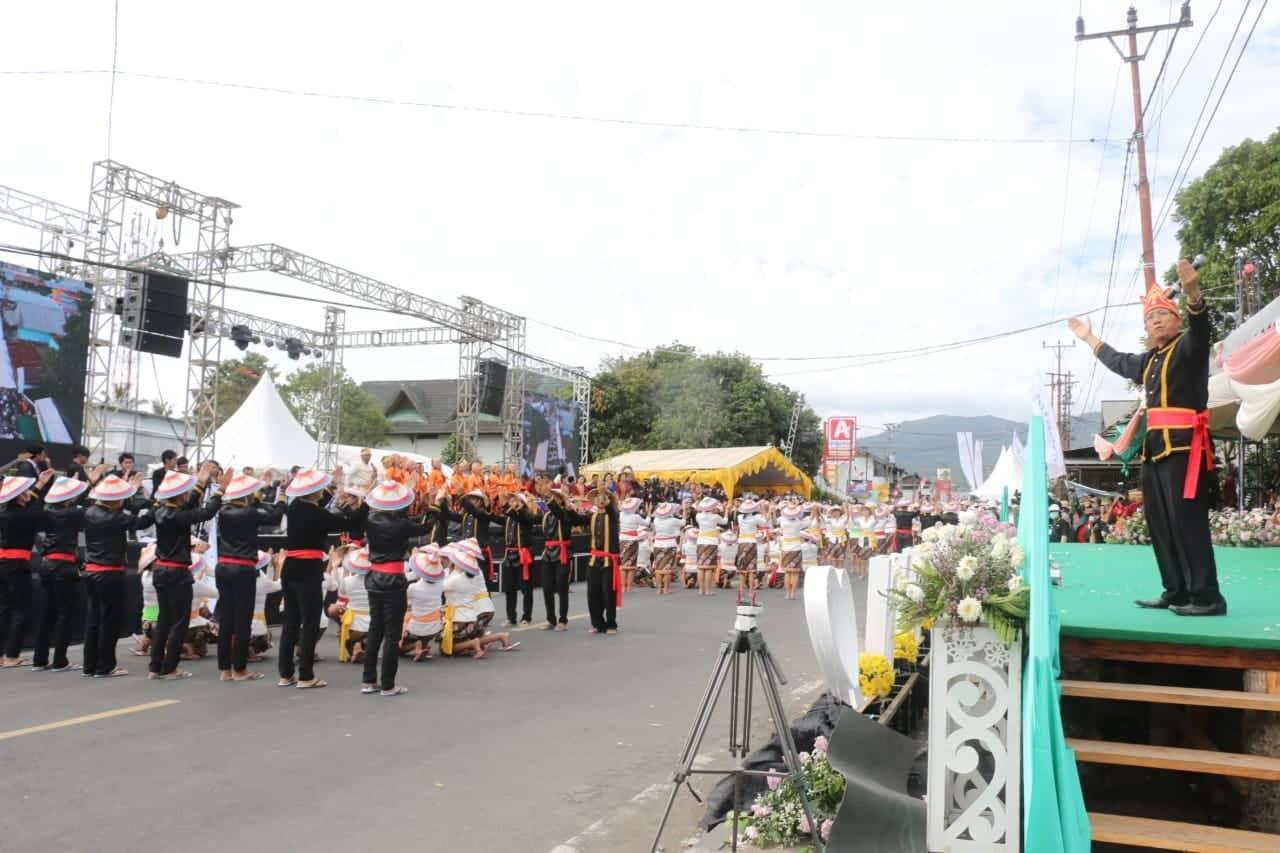 Pemimpin sementara mengarahkan peserta Tarian Ma'zani