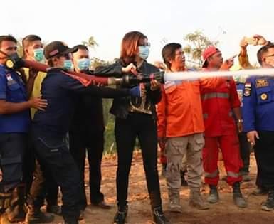 Bupati CEP terjun langsung melakukan pemadaman Karhutla di areal TPA Mobongo