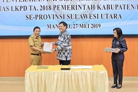 Bupati Minahasa Tenggara saat menerima Laporan Hasil Pemeriksaan (LHP) BPK atas LKPD T.A 2018 dengan predikat WTP