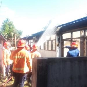 Pemadam Kebakaran berusaha memadamkan api di Puskesmas Mokupa