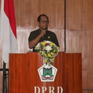Ketua Fraksi PDIP DPRD Tomohon Harun Lullulangi membacakan Pemandangan Ukum Fraksi