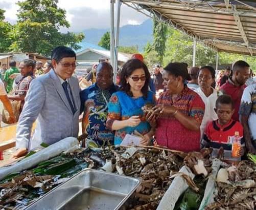 Wali kota bersama isteri saat ambil bagian dalam tradisi bakar batu bersama masyarakat Papua