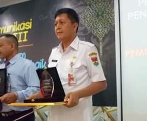 Nampak Wakil Bupati Joke Legi saat menerima penghargaan terbaik Pengelola Dana Transfer Tahun 2019 dari Kantor Pelayanan Perbendaharaan Negara (KPPN) Manado