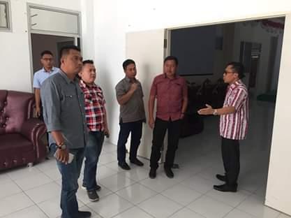 Sekwan Piether Owu Perkenalkan Ruang Kerja Kantor Terhadap Anggota DPRD