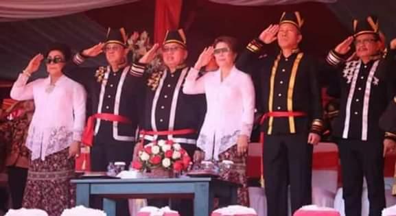 Wabup Minsel FDW kedua dari kanan saat mengikuti upacara dalam rangka HUT Provinsi Sulut ke-55 di lapangan KONI Sario Manado