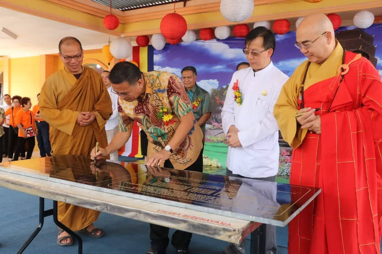 Wali Kota Tomohon menandatangani prasasti peresmian Bhaktisala Wihara Buddhayana