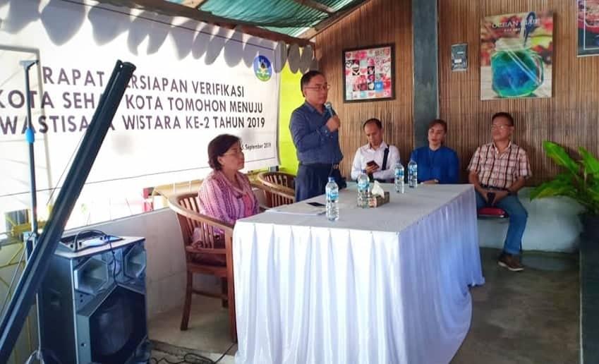 Ketua Forum Kota Sehat Tomohon Drs Johan Sambuaga MDiv membuka kegiatan rapat