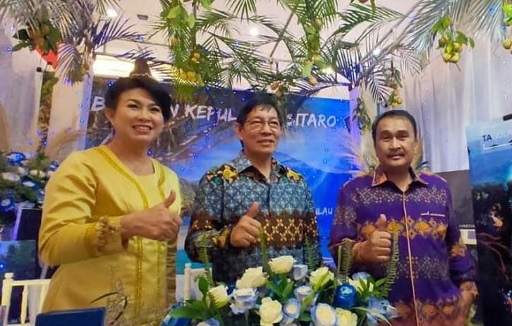 Wali Kota Vicky Lumentut (tengah) dan Sekda Micler Lakat (kanan) saat mengunjungi stand miliki Pemkot Manado di Sulut Expo 2019