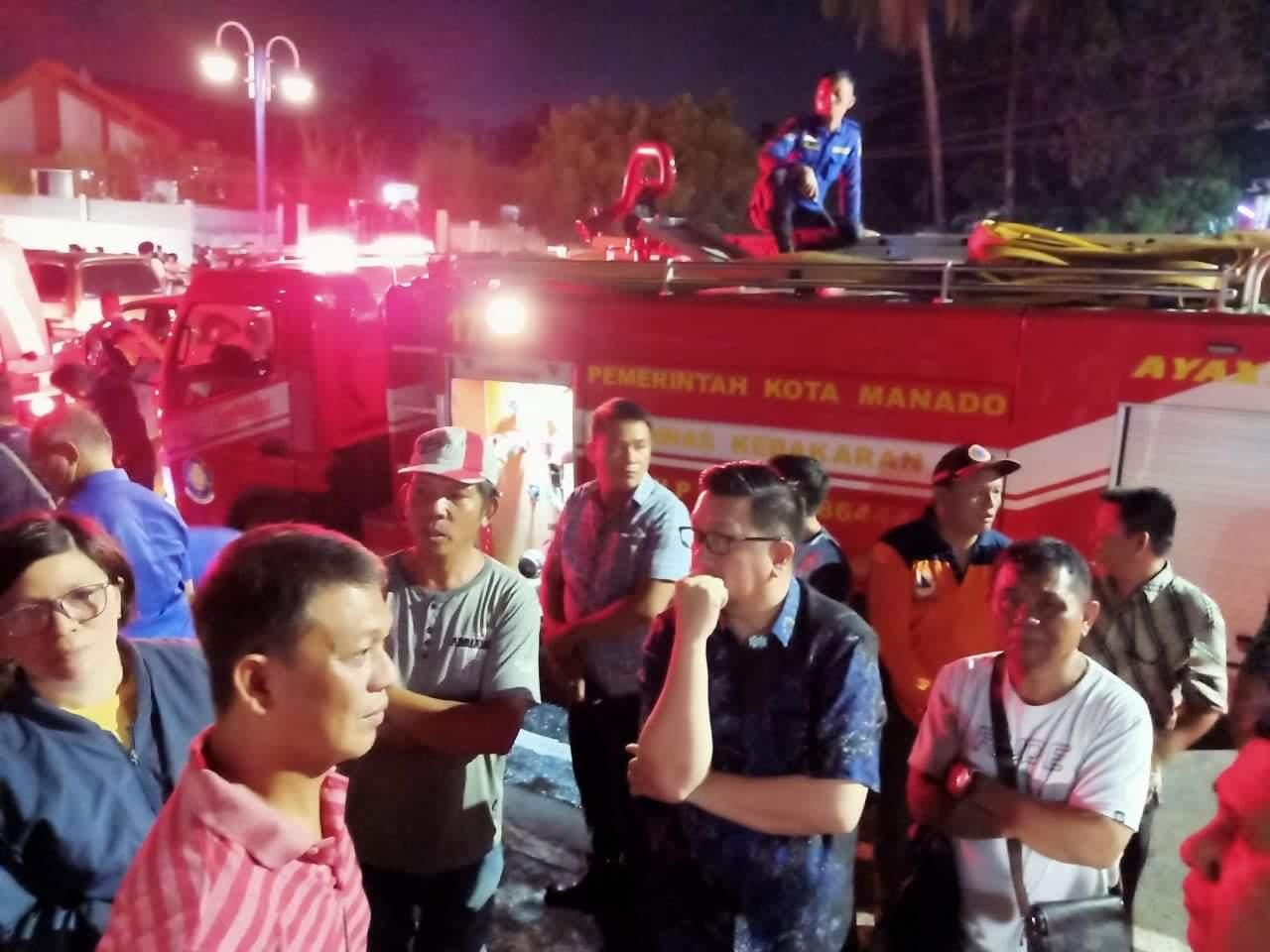 Wakil Wali Kota Manado Mor Bastiaan memantau langsung proses pemadaman api