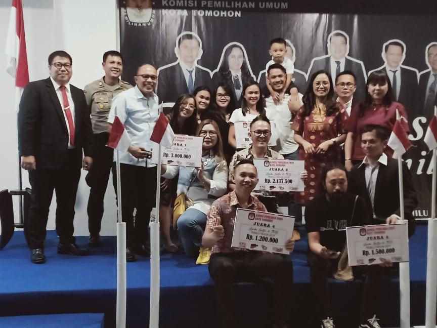 Komisioner KPU Tomohin dna pemenang lomba selfie di TPS
